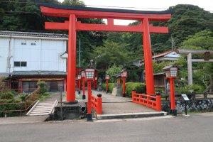 Entrance to the 1000 vermilion torii gates