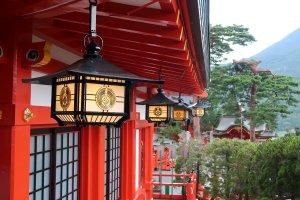 The Kamei clan's symbol on the lanterns