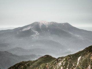 Menjulang dari dataran rendah, sangat mudah untuk melihat bagaimana gunung ini dianggap sebagai tempat spiritual untuk dipuja-puja