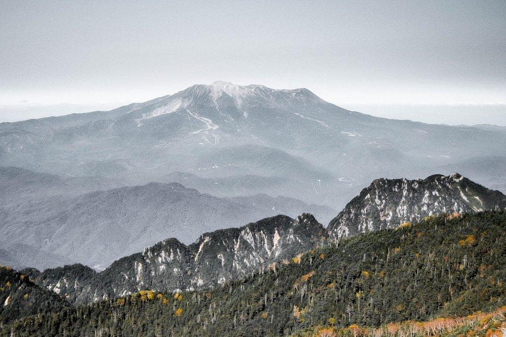 Meletus pada tanggal 27 September 2014, gunung ini masih menunjukkan tanda-tanda keaktifannya yang serupa dengan saudaranya sang Fuji!