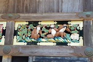 """""""สามลิงน้อย"""" คือ มีซะรุ (Mizaru) ลิงปิดตา ไม่ดูในสิ่งชั่วร้าย คิคะซะรุ (Kikazaru) ลิงปิดหู ไม่ฟังในสิ่งชั่วร้าย และ อิวะซะรุ (Iwazaru) ลิงปิดปาก ไม่พูดในสิ่งชั่วร้าย"""