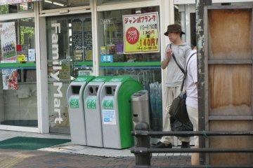 Возле магазина можно найти баки для мусора, но его надо сортировать