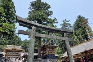 ประตูโทริหิน และประตูโยะเมมอน (Yomeimon)