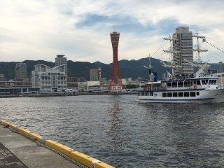 Вид с набережной на Башню порта Кобе