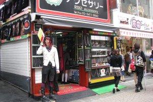 Молодой человек зазывает в магазин бижутерии