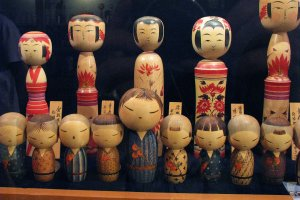Традиционные (задний ряд) и современные (передний ряд) кокэси