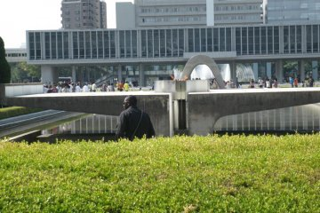 Thousands of visitors come to Hiroshima