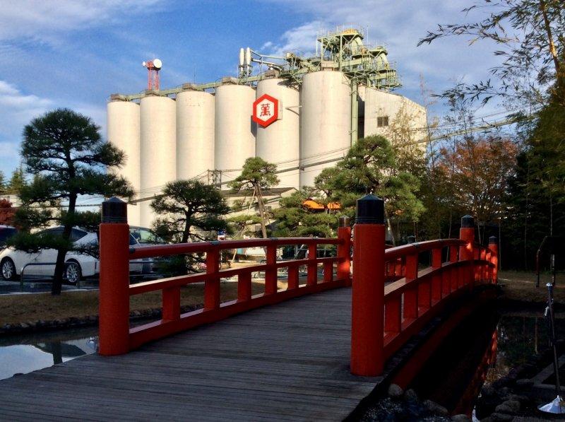 Вы легко заметите логотип фабрики со станции Нодаси