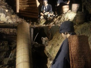 Внутри шахты периода Эдо, подсвеченной для рабочих