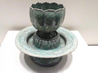 Кубок китайского фарфора и блюдце с инкрустацией хризантемами 12-го века в Музее азиатской керамики Осака