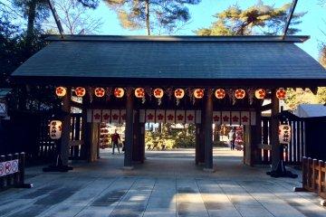 Ворота главного храма с фонарями, которые всегда горят
