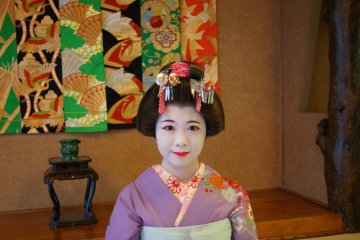 Individual photography of the maiko is allowed