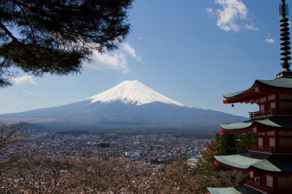 วิวคลาสสิก: เจดีย์ชุเระอิโตะและภูเขาฟูจิ