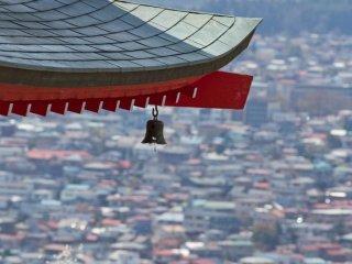 Gros plan sur le toit de la pagode, avec les toits de la ville de Fujiyoshida en arrière plan