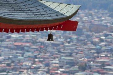 <p>ภาพโคสอัฟของหลังคาเจดีย์เหนือเมืองฟูจิโยะชิดะ</p>