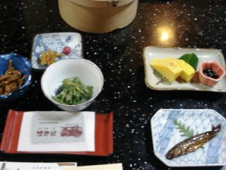 Một bữa ăn thú vị gồm rau muối và trứng ốp lết tại Hayana, một homestay giống Ryokan gần Nagiso trên đường Nakasendo nối giữa Kyoto và Tokyo