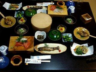 Một bữa ăn thú vị gồm cá sông và tempura tại Hanaya, một homestay giống Ryokan gần Nagiso trên đường Nakasendo nối giữa Kyoto và Tokyo