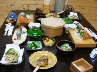 Một bữa ăn thú vị gồm sashimi cá hồi và bánh gạo tại Hanaya, một homestay giống Ryokan gần Nagiso trên đường Nakasendo nối giữa Kyoto và Tokyo