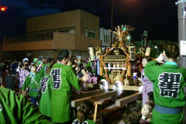 Chuẩn bị nhấc mikoshi (đền thờ di động) lên.