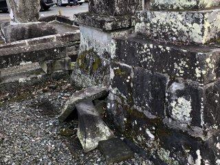 2016年の地震で崩れた碑