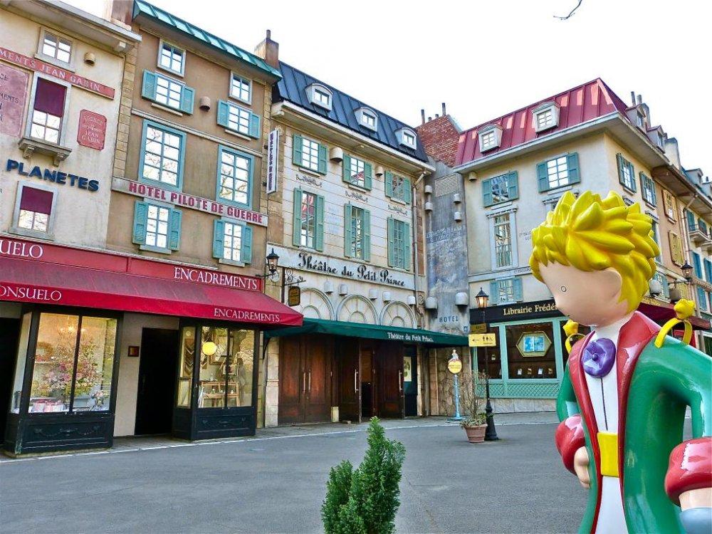 Hoàng tử bé đứng ở một góc phố