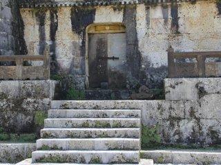Ступени и дверь ведут в центральную комнаты, где были омыты кости умерших