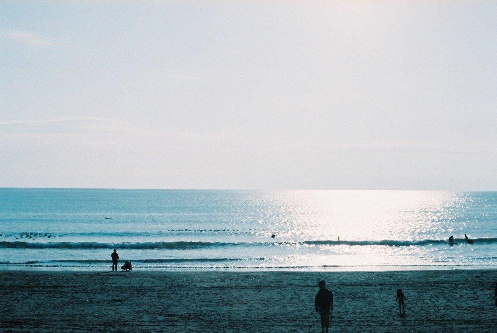 Những đứa trẻ trên bãi biển