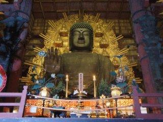 奈良東大寺の大仏 ----- 夜の大仏は静かで平穏そうな佇まいだ