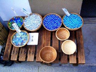 Шарики всех оттенков лазурно-голубого в Сагано Арасияме всего в 17 минутах от Станции Киото