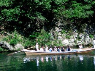 Os suaves prazeres de andar de barco pelo Conto de Genji são recriados numa solarenga tarde em Arashiyama