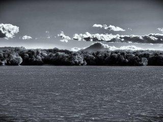 多摩湖と富士山の遠望