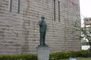 Momofuku Ando's statue outside the museum