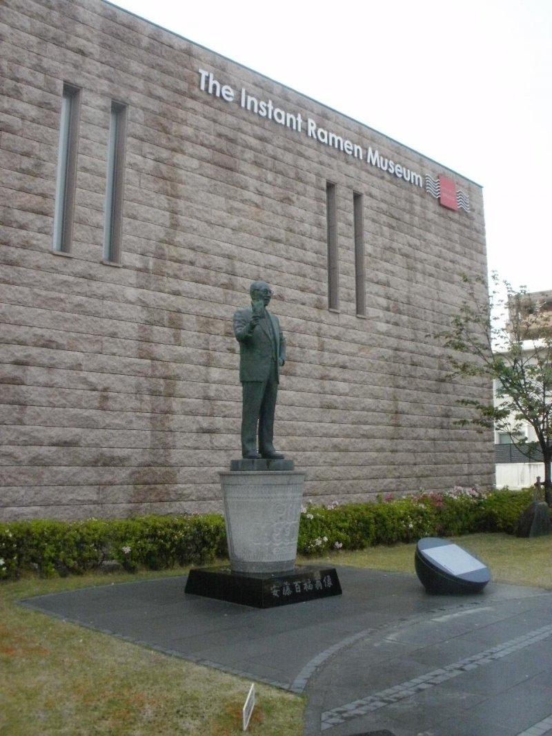 <p>La estatua de Momofuku Ando fuera del museo</p>