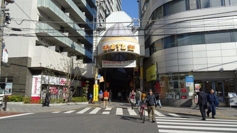 ทางเข้าด้านหน้า โชเท็นแห่งนี้จะไปสุดที่สถานีเคคิว-คะมะตะ (Keikyu-Kamata)
