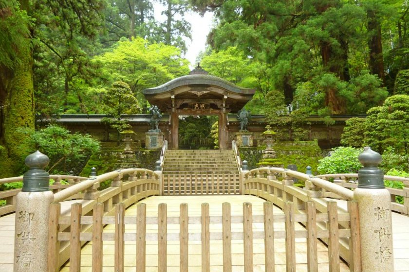 Gate guarded by Karasu Tengu
