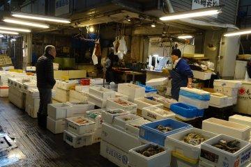 ภายในตลาดปลาของตลาดโอตะ มีอาหารทะเลสดใหม่ให้เลือกซื้อหามากมาย