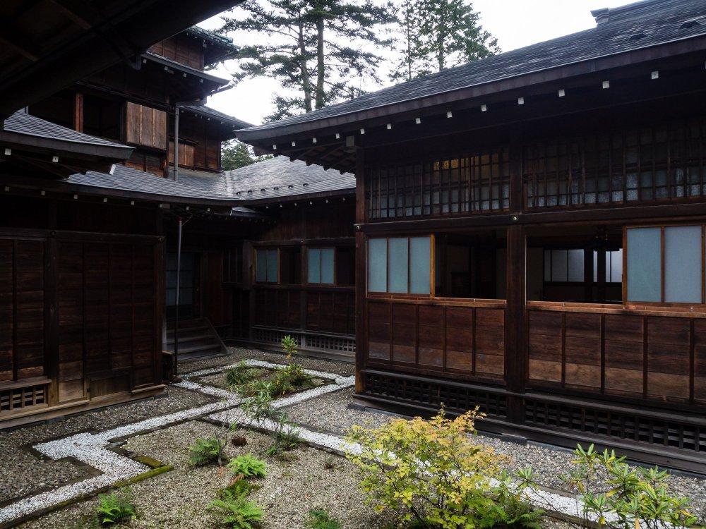 Biệt thự Hoàng gia Tamozawa là một trong những tòa nhà gỗ lớn nhất Nhật Bản