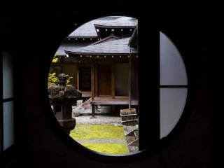And Japanese-style round windows are one of my favorite subjects