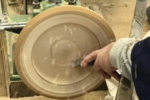 Hãy cẩn thận với các mảnh dăm gỗ bay ra trong khi chiếc đĩa được chạm khắc