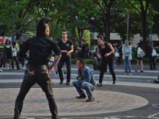 Танцор в джинсе взял передышку после нескольких энергичных танцев