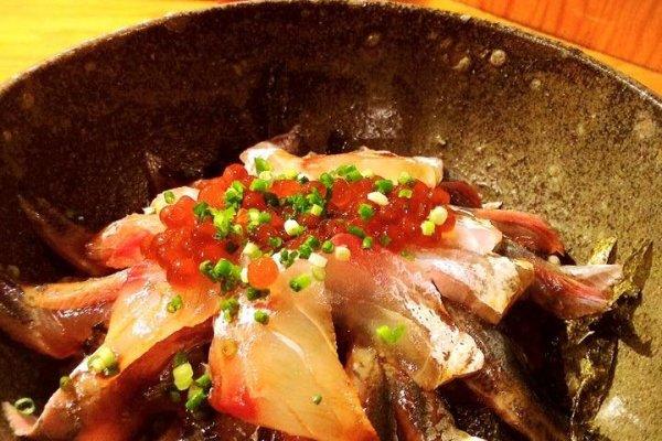 Adding a garnish of salmon roe to marinaded seki mackerel.  Pure genius!