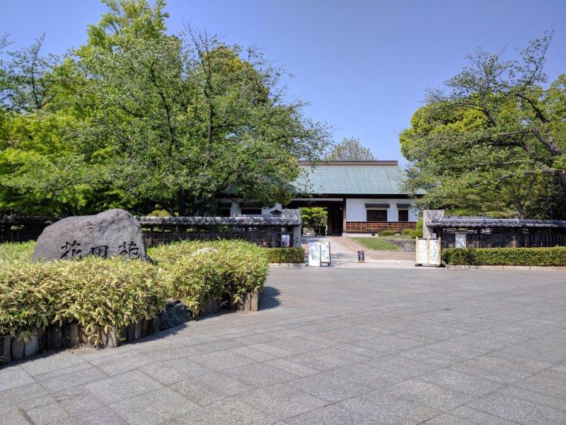 Подсказкой к входу служит элегантная садовая стена