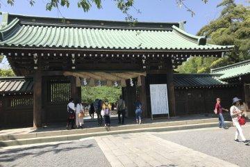 Главные ворота в храм Мисима Тайся