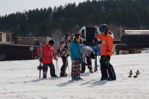 ครูสอนตั้งแต่วิธีใส่สกี วิธีจับไม้สกี การเคลื่อนที่และทรงตัวบนสกี ไปจนถึงการเบรค