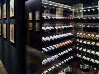 มีวิสกี้ ไวน์ และแชมเปญมากมายให้เลือกดื่ม รวมทั้งเหล้าสาเกจากผู้ผลิตชั้นนำทั่วประเทศญี่ปุ่น
