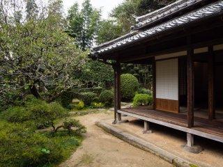 Сад полностью окружает особняк, так, что виды открываются из каждого окна