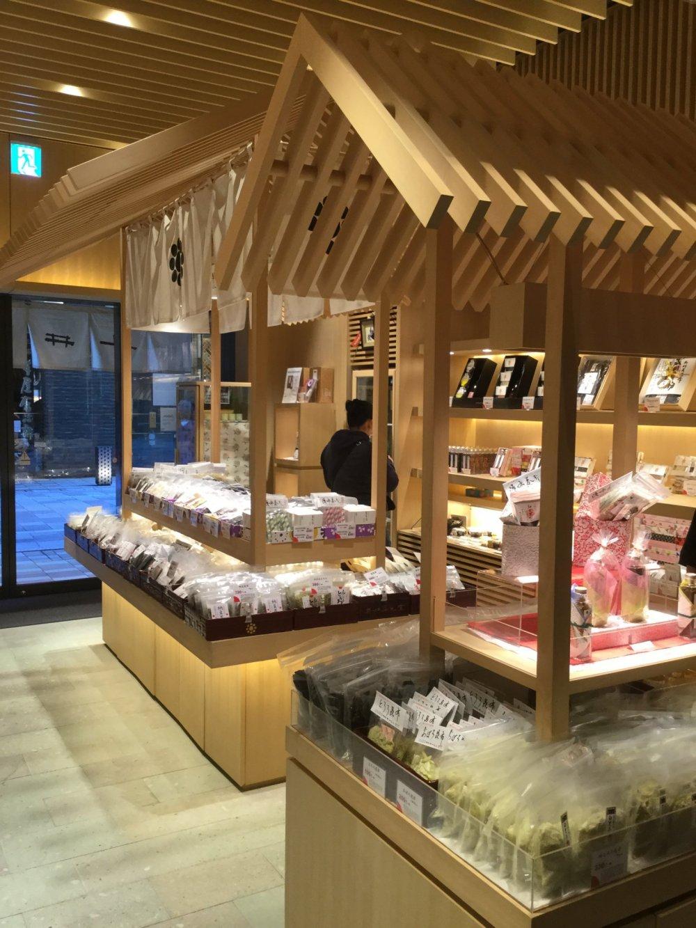 Lantai toko terbuat dari Shakudani, sejenis batu vulkanik yang ditemukan di Prefektur Fukui dan secara signifikan sangat penting untuk toko ini mengingat dulu mereka menukar batu ini dengan kombu di Hokkaido