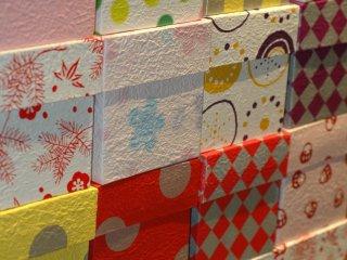 Kotak-kotak hadiah yang dilapisi kertas washi menjadi pajangan yang menarik.