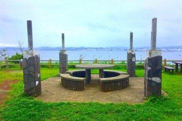 Стол для пикника с видом на океан