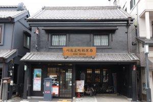 Ngay cả bưu điện cũng là một tòa nhà có lối kiến trúc xưa.